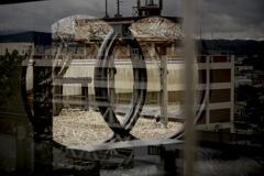 ガラス越しの由利本荘市役所