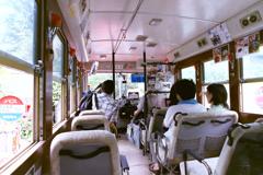 赤いバスの中