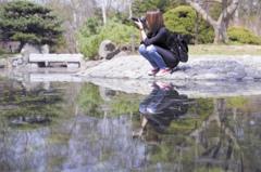 水面に写るフォトグラファー