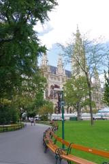 ウィーン ベンチで区切る公園と市庁舎