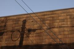 電柱の影と電線