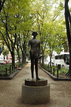 あきらかに男子の彫像