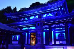 夜の青い寺院