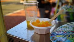 飲みかけの生ビールと食べかけのマンゴーカキ氷