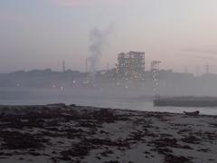 早朝の火力発電所