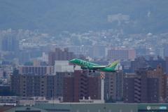 札幌市街をバックに離陸です。