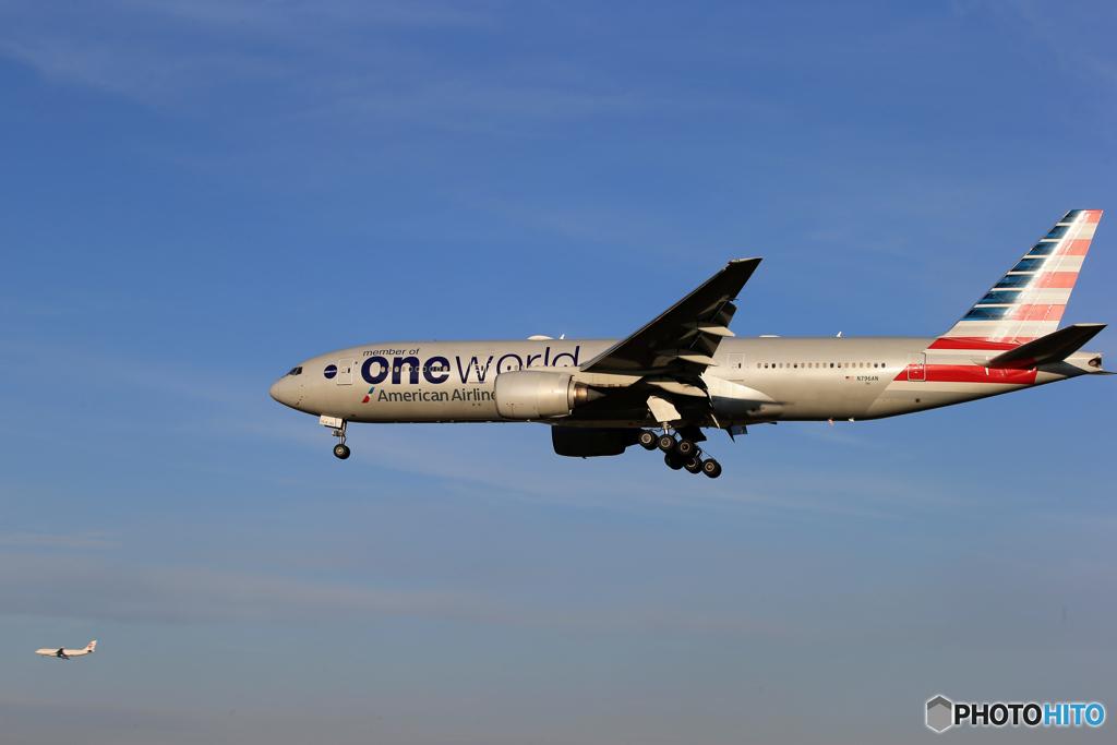 「青が大好き」American 777-200 N796AN   着陸です
