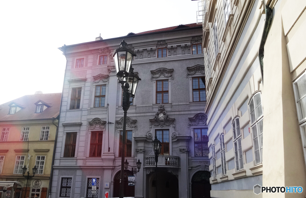 チェコ(696)プラハの街並と赤い光