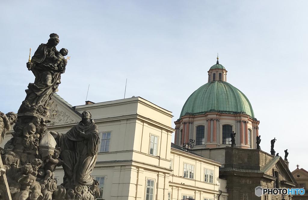 プラハ(371)カレル橋の端から見る