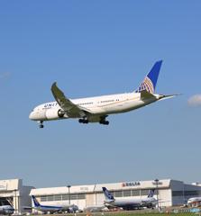 「真青の空」 UNITED 787-8 N28912 着陸します