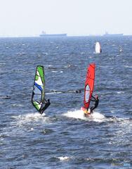 「スカイ」 競り合う・ウインドサーフィン