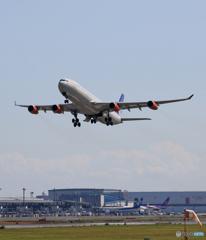 「青が大好き」 SAS A340-313 OY-KBI 飛び立ち