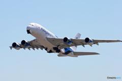 「ブルー」 Malaysia A380-841 9M-MNB 出発です