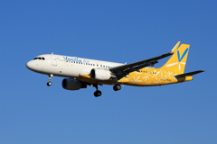 「青い空」が一番 バニラ航空 A320-214 着陸