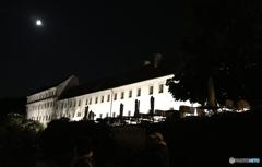 チェコ南部 (652)夜のチェスキー・クルムロフ城とムーン?