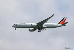「くもり」フィリピン航空 ラブ A350-941  着陸