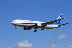 「ぶるー」 ANA 767-381 JA616A 着陸します