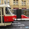 チェコ・プラハ(659)新旧トラムの交差・乗ってみたいな?