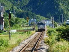 小出行きの列車を見送る