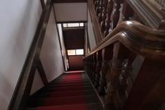 階段を見下ろす