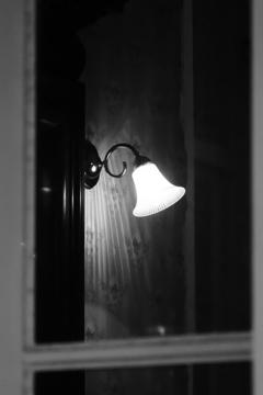 壁際の灯り