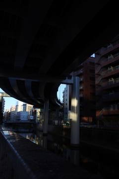 東京散歩 午後3時の高架下