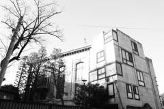 変わった窓の建物
