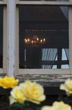 シャンデリアがともる、薔薇の窓辺