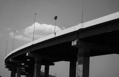 高速道路の白い雲