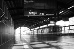 駅を出ていく