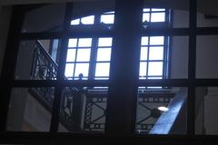 館内の窓から見える階段