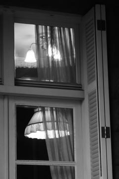 オレンジのあかりの部屋の窓