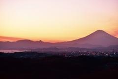 薄いピンクを纏う富士山