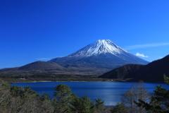 本栖湖と富士山。