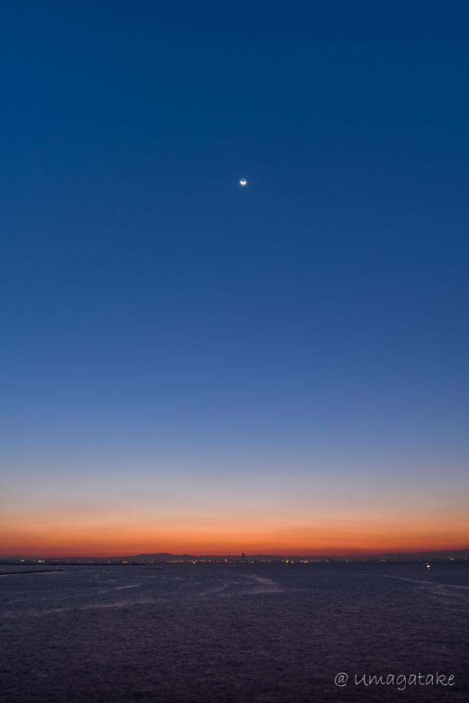 朝焼けの空に浮かぶ三日月