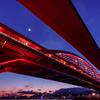 赤い橋越しに望むトワイライト