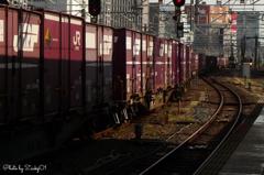 貨物列車が走り過ぎる