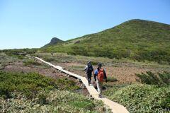木道を行く 三本槍岳近くの清水平