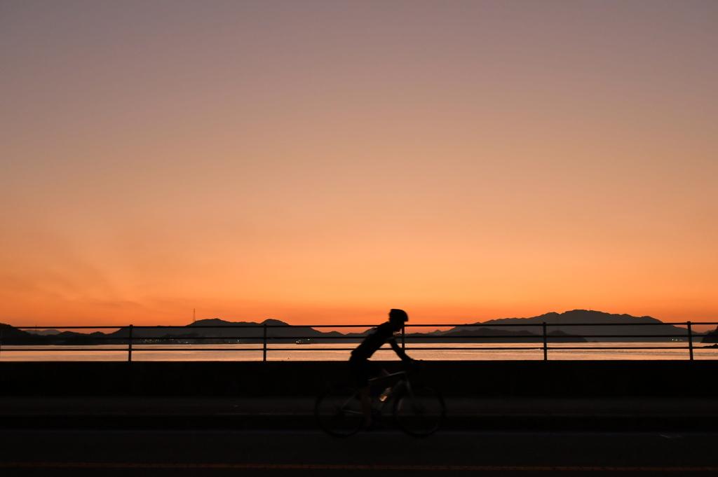 サイクリストと夕景