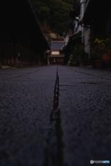 雨上がりの路地裏