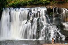 夏の夕暮れの滝