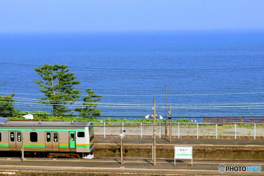 夏の海が見える駅