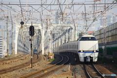 塚本駅にて683系