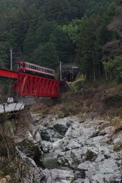 丹生川橋梁を行く2300系