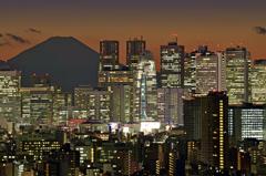ビル群と富士山