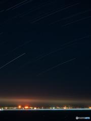 星の光跡と工業地帯