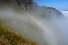 岩稜に掛かる白い虹