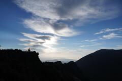 頂きに伸びる雲