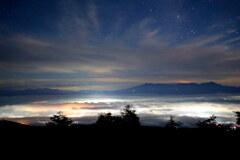 雲海光る夜空