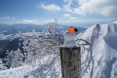 山頂で雪だるま